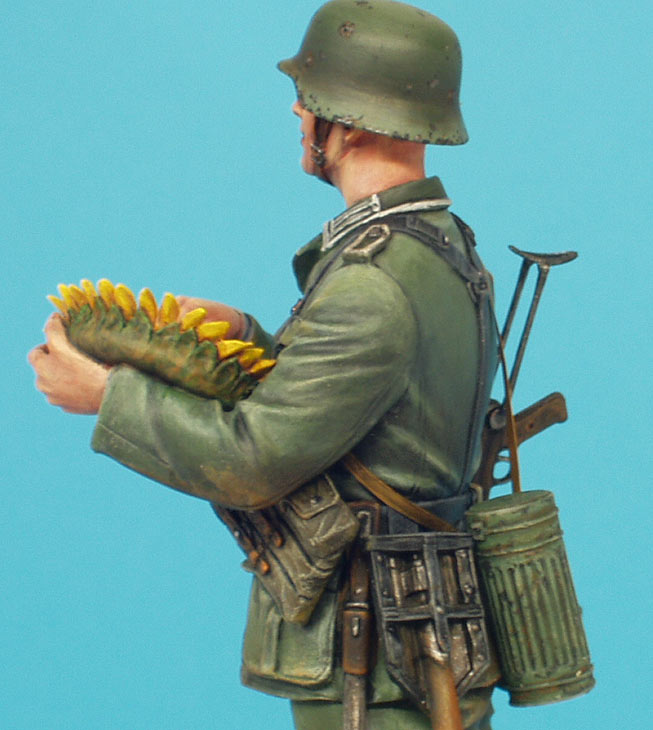 Figures: German soldier with sunflower, photo #14