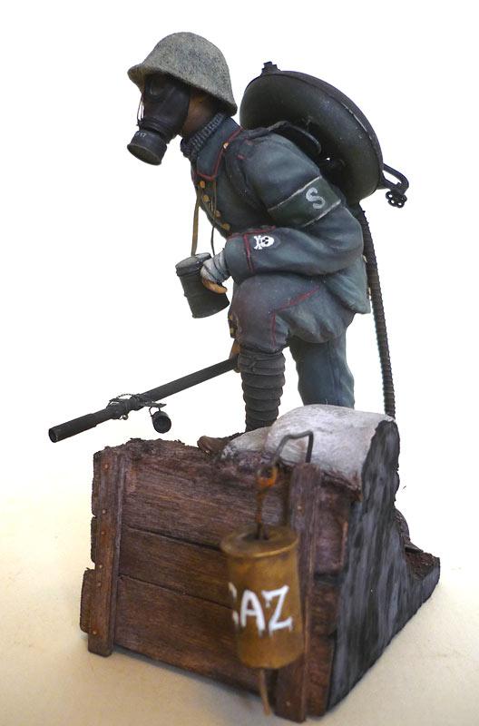 Figures: German flamethrower operator, 1917, photo #2