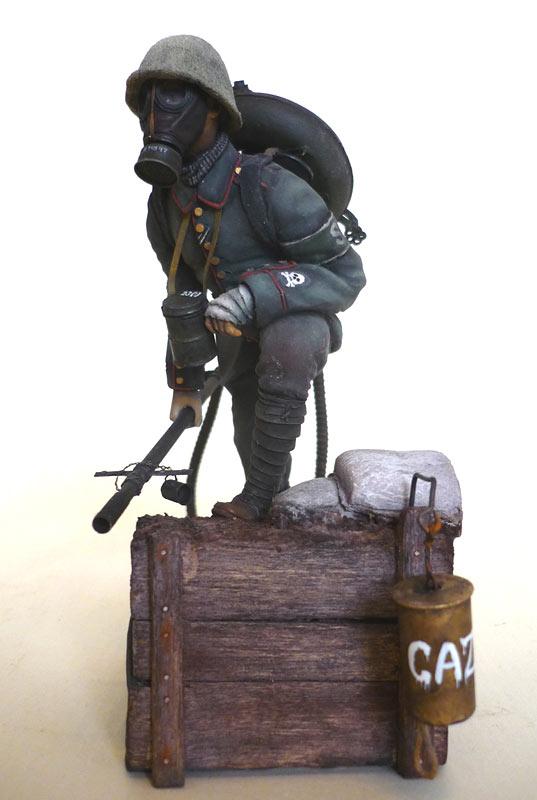 Figures: German flamethrower operator, 1917, photo #3