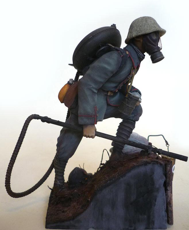 Figures: German flamethrower operator, 1917, photo #7