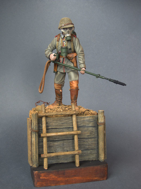 Figures: German flamethrower operator, 1916, photo #1