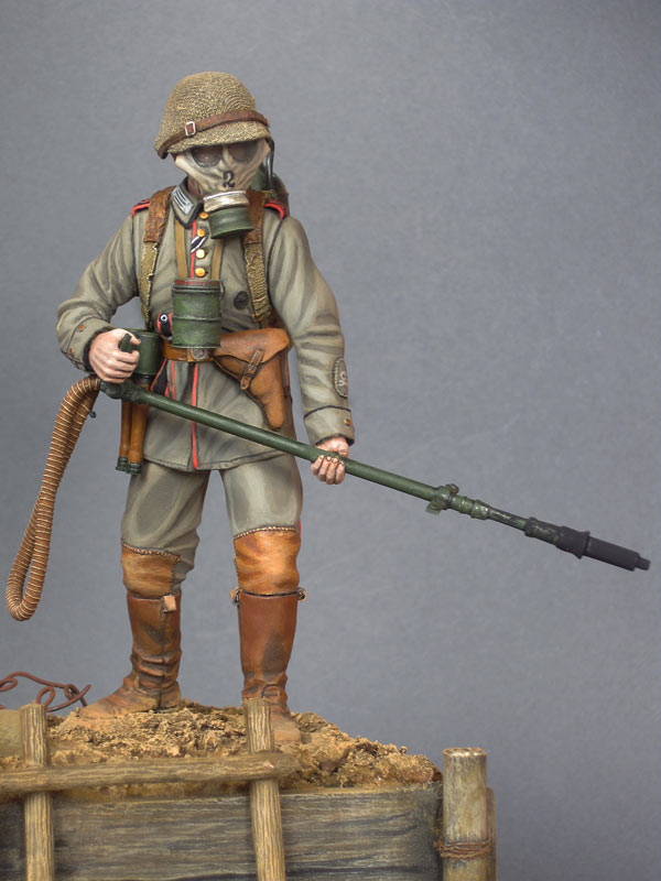 Figures: German flamethrower operator, 1916, photo #2