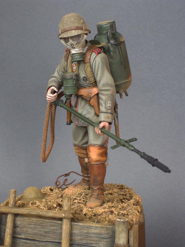 Figures: German flamethrower operator, 1916, photo #3