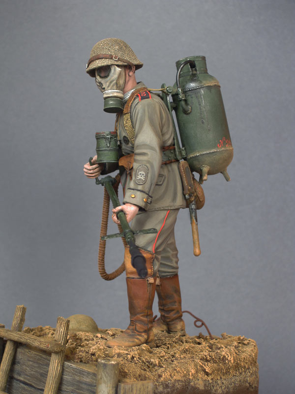 Figures: German flamethrower operator, 1916, photo #4