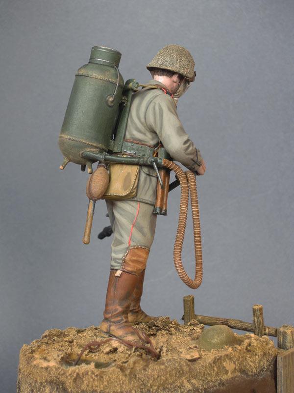 Figures: German flamethrower operator, 1916, photo #6