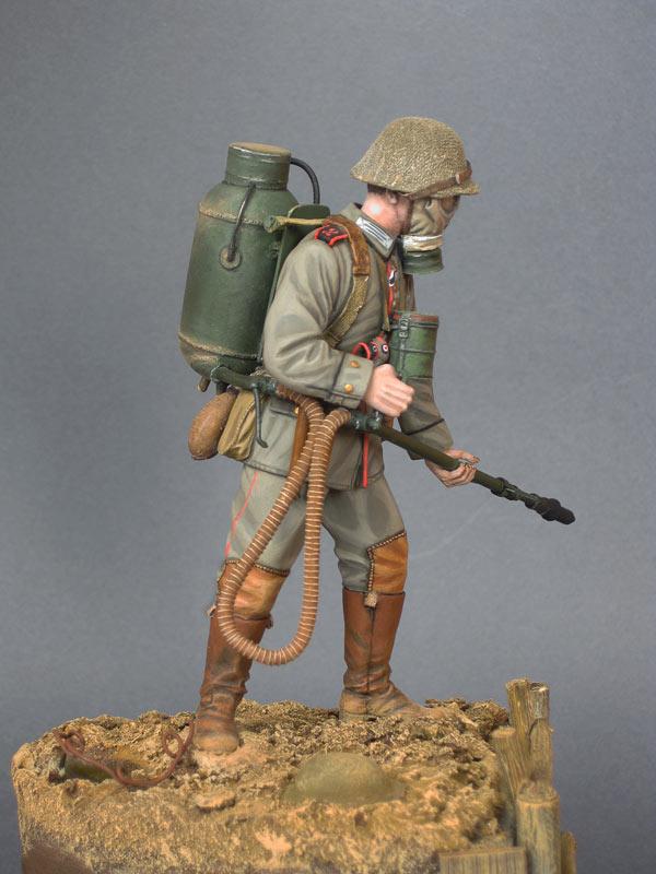 Figures: German flamethrower operator, 1916, photo #7