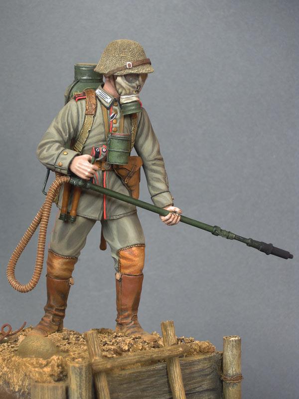 Figures: German flamethrower operator, 1916, photo #8