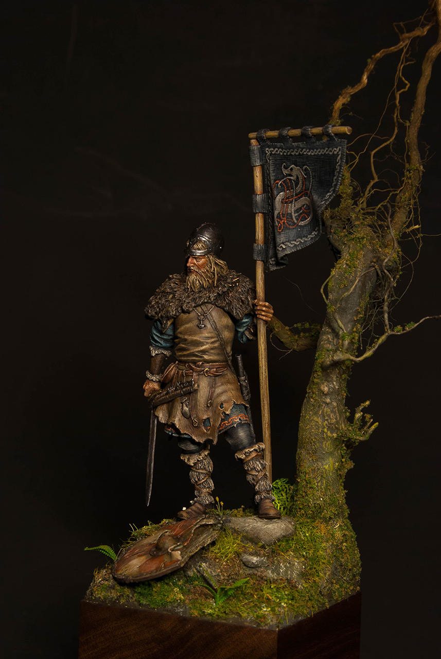 Figures: Viking with standard, photo #3