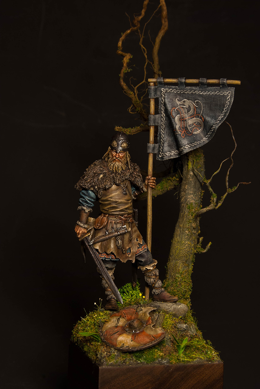 Figures: Viking with standard, photo #4