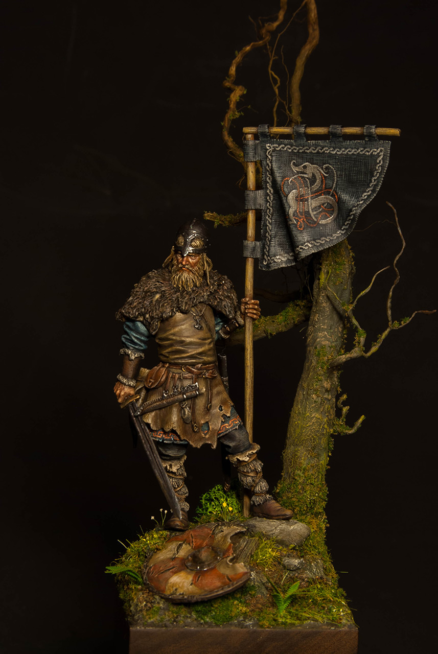 Figures: Viking with standard, photo #5