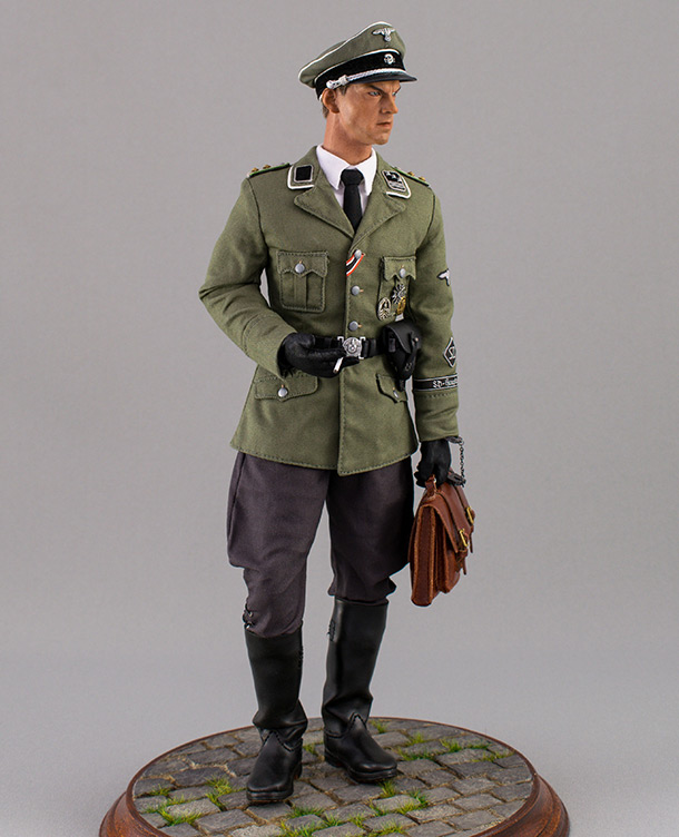 Figures: SD officer, Berlin, 1944