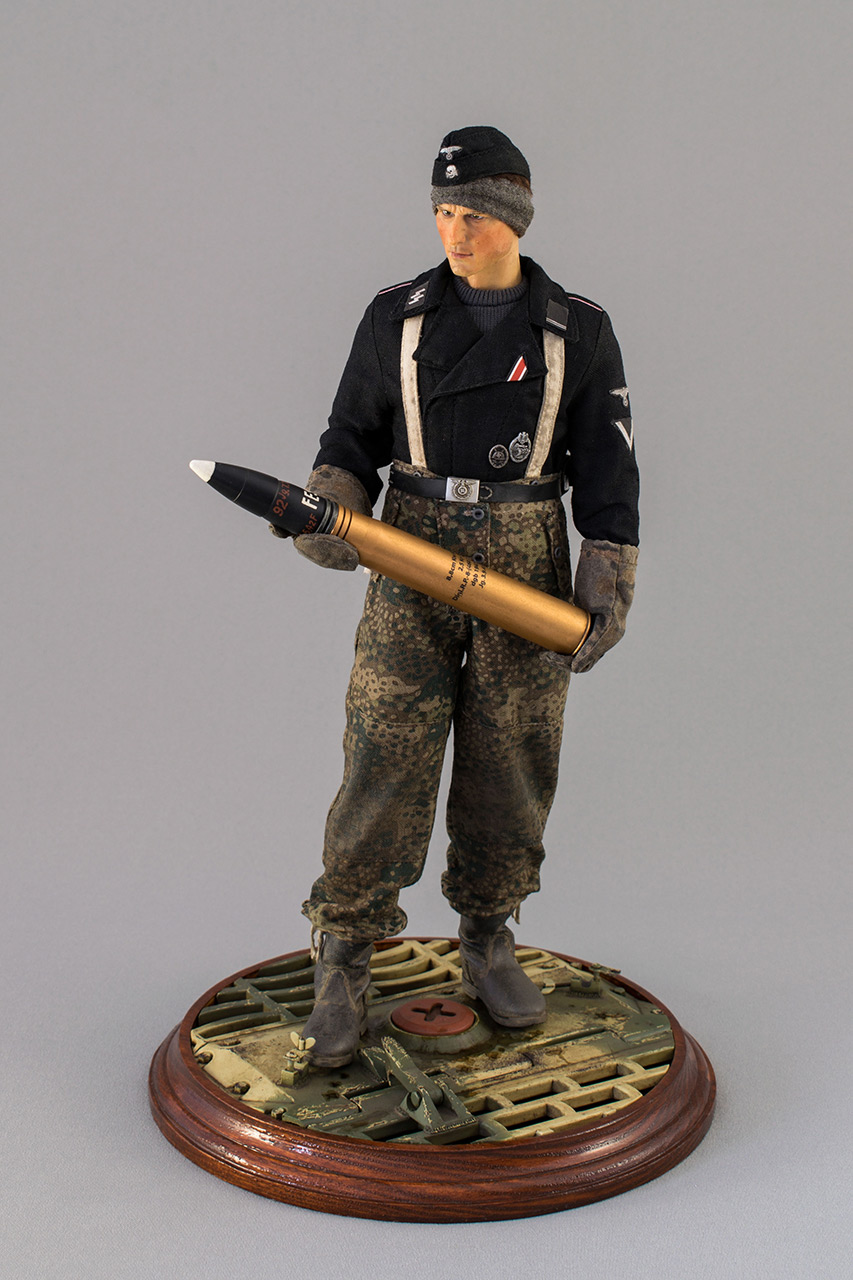 Figures: SS Tiger I crewman. Germany, November 1944, photo #1