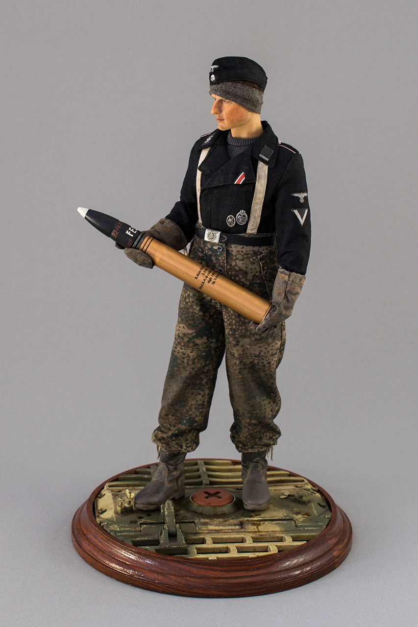 Figures: SS Tiger I crewman. Germany, November 1944, photo #11