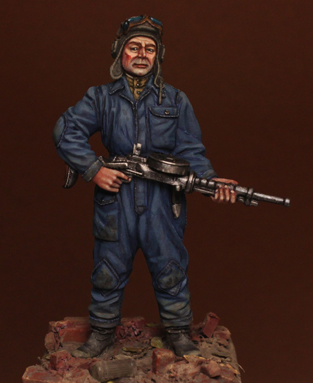 Figures: Tank crewman with DT-29, 1943-45