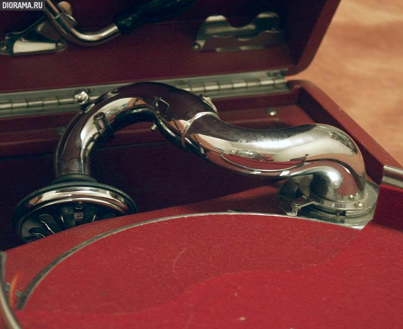 HMV #5A portable gramophone, 1930s.,  (Library Diorama.Ru)